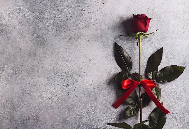 La sorpresa del regalo della rosa rossa di giorno delle madri delle donne di giorno di biglietti di s. valentino Foto Gratuite