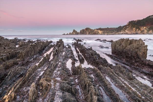 La spiaggia di gueirua, un paesaggio inquietante di rocce aguzze Foto Premium