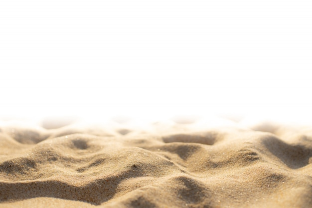 La spiaggia di sabbia trama su sfondo bianco Foto Premium