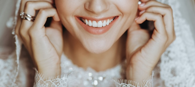 La sposa affascinante con la pelle perfetta tocca il suo tenero dell'orecchino Foto Gratuite