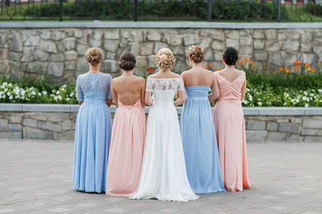 La sposa con i suoi amici Foto Premium