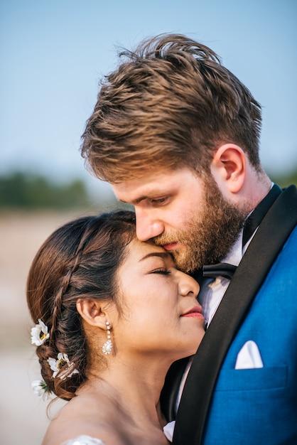 La sposa e lo sposo caucasici asiatici hanno tempo romanzesco e felici insieme Foto Gratuite