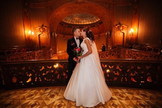 La sposa e lo sposo in una casa accogliente, foto scattata con luce naturale da Foto Premium