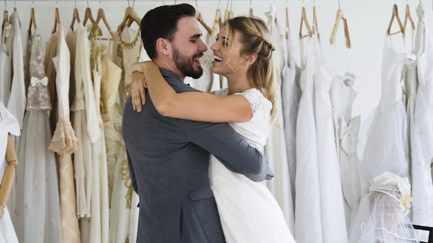La sposa e lo sposo in vestito da sposa preparano la cerimonia. Foto Premium