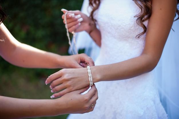 La sposa indossa un braccialetto. Foto Premium