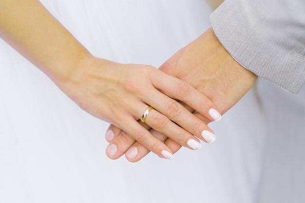 La sposa tiene la mano dello sposo. anello di fidanzamento al dito Foto Premium