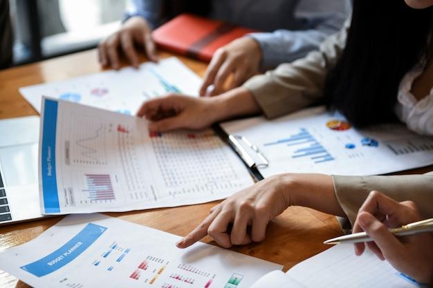 La squadra dell'ufficio della ragazza sta analizzando i grafici sullo scrittorio. Foto Premium