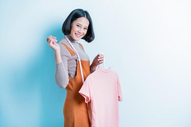 La stilista asiatica sta mostrando la maglietta che sta disegnando. Foto Premium