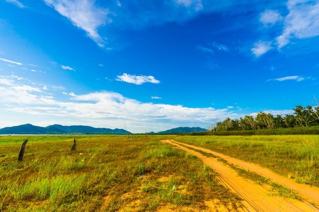 La strada nel bacino idrico di bang phra quando l'acqua diminuisce Foto Premium