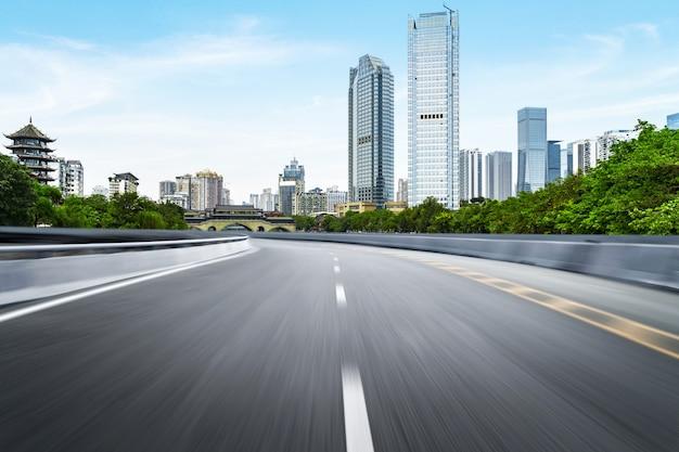 La superstrada e lo skyline della città moderna si trovano a chengdu, in cina. Foto Premium