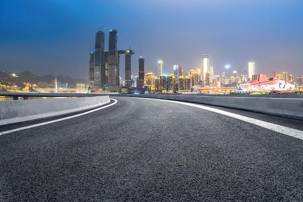 La superstrada e lo skyline della città moderna si trovano a chongqing, in cina. Foto Premium