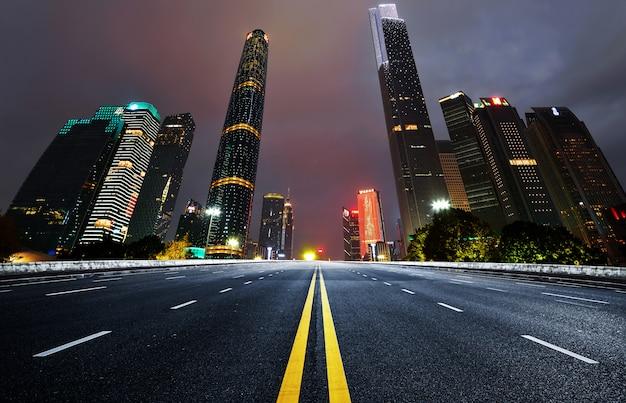 La superstrada e lo skyline della città moderna Foto Premium