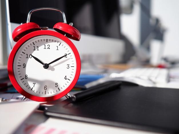 La sveglia è sul desktop, quadrante dell'orologio ravvicinato. risorse di allocazione ottimali per raggiungere i tuoi obiettivi. scadenze. processo di gestione del tempo. pianificazione tattica e strategica. promemoria timer regolare Foto Premium