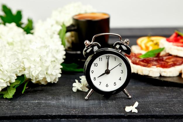 La sveglia ha una buona giornata con una tazza di caffè. Foto Premium