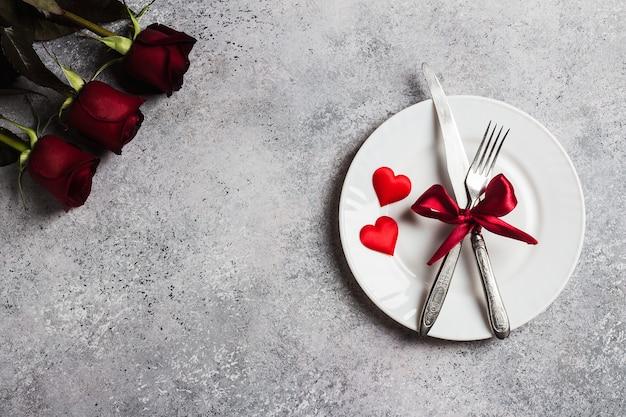 La tavola del giorno di san valentino che regola la cena romantica mi sposi fidanzamento di nozze Foto Gratuite