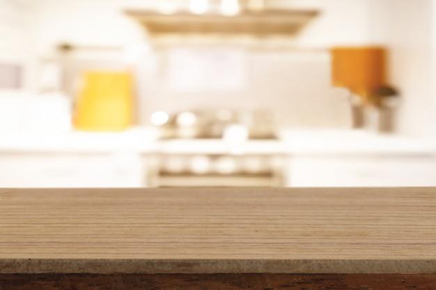 La tavola di legno vuota di prospettiva sulla cima sopra il fondo della sfuocatura, può essere usata per l'esposizione dei prodotti del montaggio Foto Premium