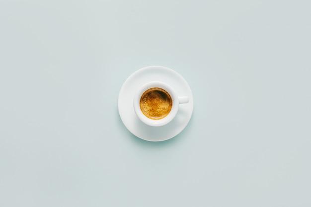 La tazza di caffè fatto fresco è servito in tazza Foto Premium