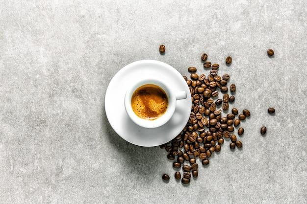 La tazza di caffè fatto fresco è servito in tazza Foto Gratuite