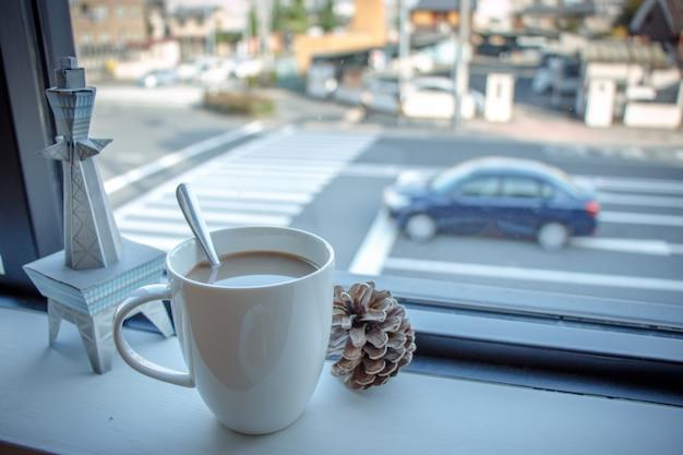 La tazza di caffè ha messo la barra di legno alla finestra del negozio di offee Foto Premium