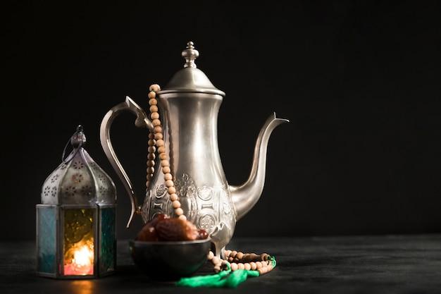 La teiera con la candela accanto ha preparato per il giorno di ramadan Foto Gratuite