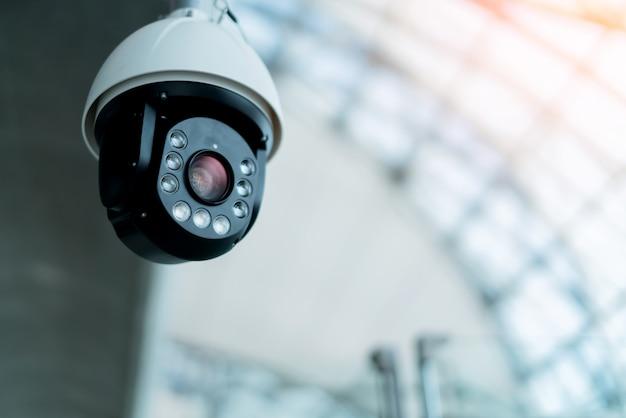 La telecamera cctc installa nel concetto di idee del sistema di sicurezza del padiglione pubblico Foto Premium