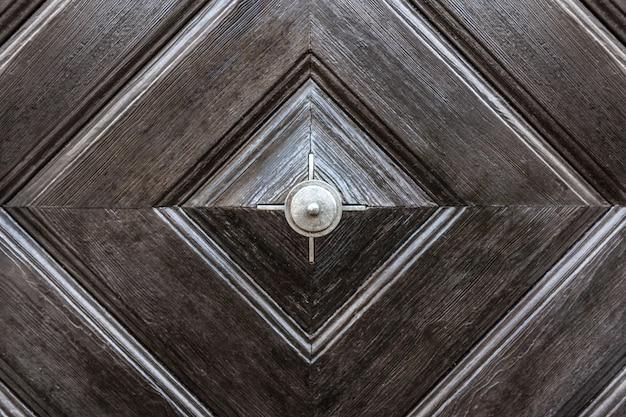 La trama della superficie in legno della porta d'ingresso è marrone. Foto Premium