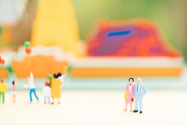 La vecchia figura delle coppie che si leva in piedi davanti al tempiale con altri turista. Foto Premium