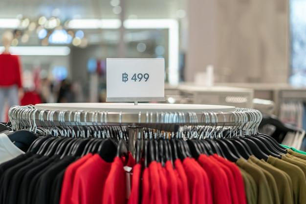 La vendita fuori mock up pubblicizza la cornice del display sopra la linea di vestiti nel negozio Foto Premium