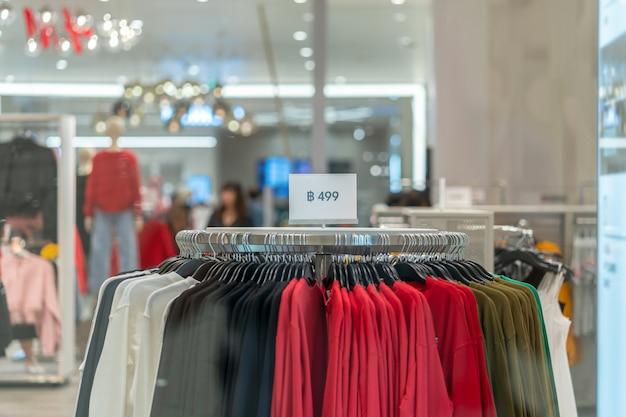 La vendita fuori mock up pubblicizza la cornice del display sopra la linea di vestiti nel reparto commerciale Foto Premium