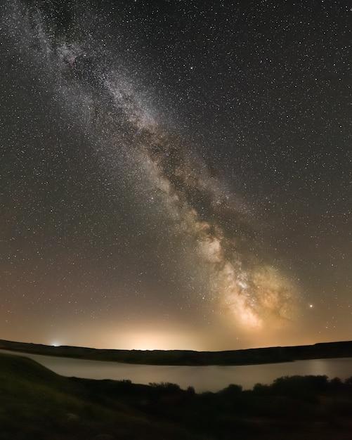 La via lattea sopra il lago diefenbaker all'atterraggio di sask a saskatchewan, canada Foto Premium