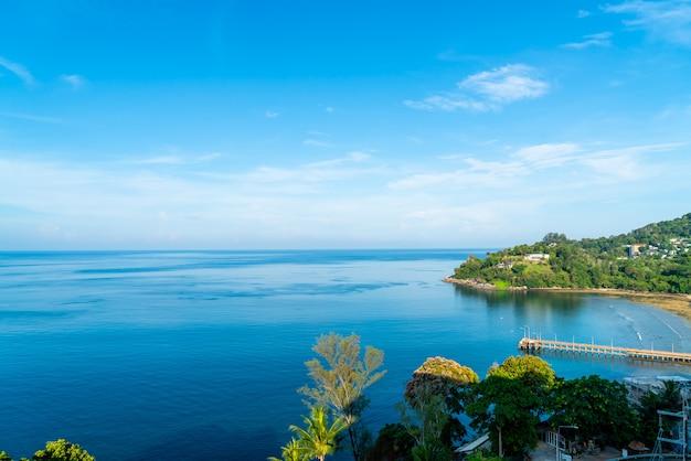 La vista aerea con il bello mare tropicale e la spiaggia abbelliscono per il viaggio Foto Premium