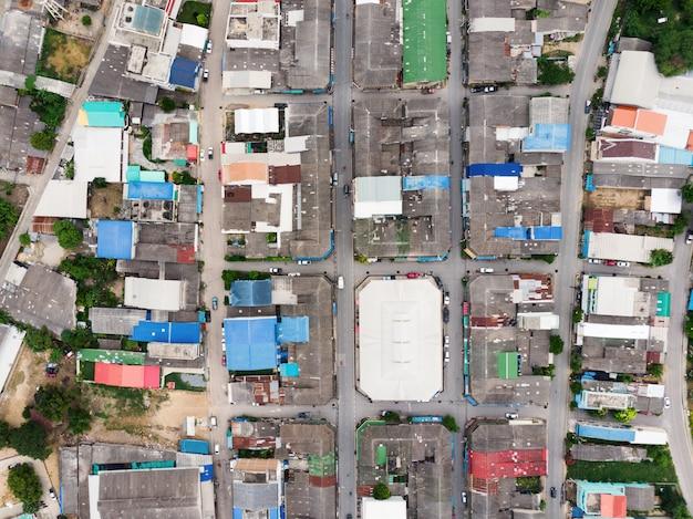 La vista aerea del tetto residenziale con la strada di traffico si è ammucchiata a rurale Foto Premium
