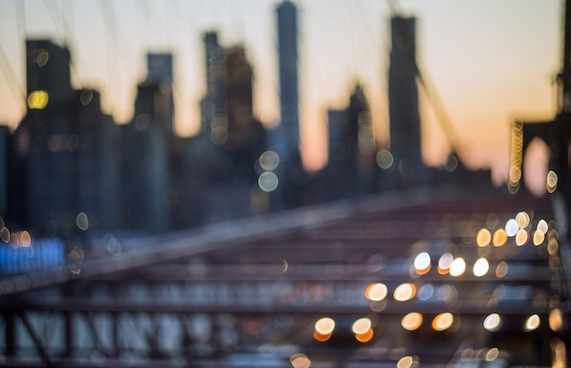 La vista aerea sopra manhattan con il ponte di brooklyn ha offuscato l'orizzonte di vista di notte delle luci Foto Premium