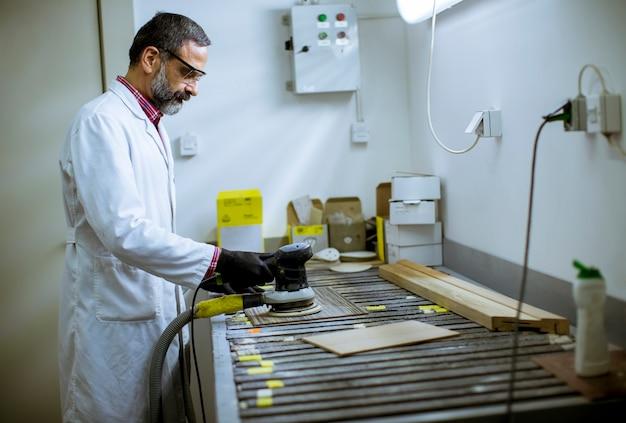 La vista all'ingegnere in laboratorio esamina le piastrelle di ceramica Foto Premium