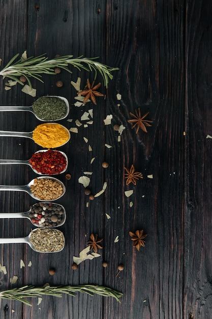 La vista dall'alto. cucina indiana. condimento. cucchiai di metallo con spezie. spazio libero per la copia Foto Premium