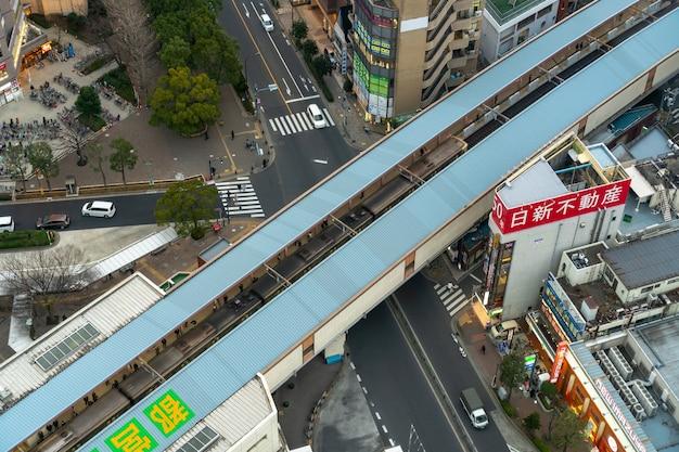 La vista dall'alto dei pedoni affolla la gente irriconoscibile che aspetta e cammina nel treno alla stazione ferroviaria Foto Premium