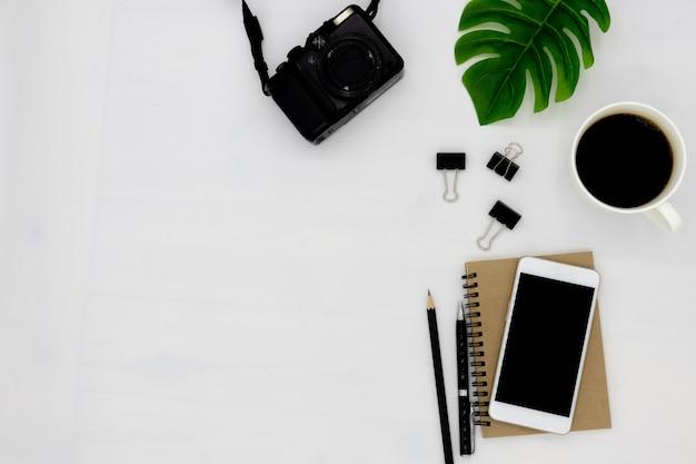 La vista dall'alto del notebook si apre con una pagina vuota. Foto Premium