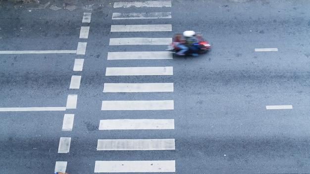 La vista dall'alto del passaggio pedonale pedonale con le unità di trasporto sulla strada. Foto Premium