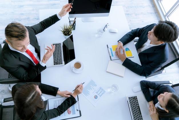 La vista dall'alto del team aziendale durante la conferenza di incontro sono documenti di lavoro sul piano di marketing. Foto Premium