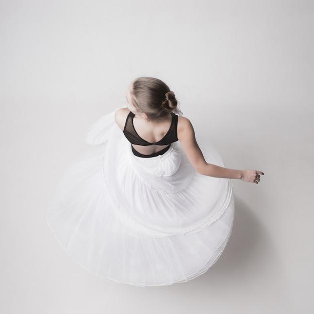 La vista dall'alto della ballerina adolescente su studio bianco Foto Gratuite