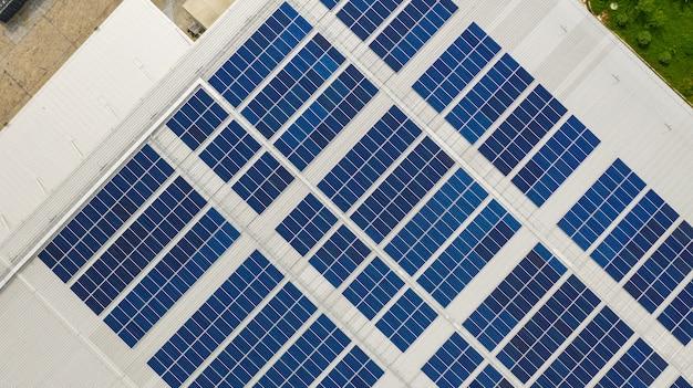 La vista dall'alto delle celle solari sul tetto prese con i droni Foto Premium