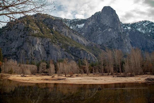 La vista del paesaggio dentro riflette l'acqua al parco nazionale di yosemite nell'inverno Foto Premium