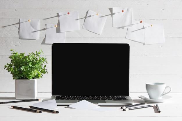 La vista frontale del notebook e tazza di caffè. ispirazione e concetto di mock-up Foto Gratuite
