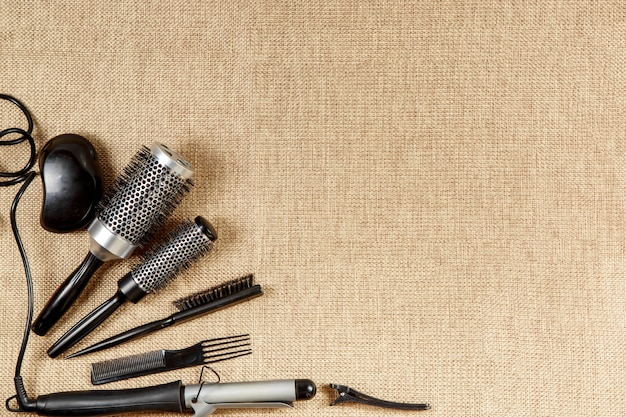 La vista superiore del parrucchiere degli strumenti su un fondo beige Foto Premium
