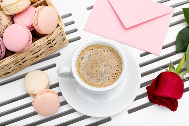 La vista superiore della tazza di caffè con è aumentato per il giorno di biglietti di s. valentino Foto Gratuite