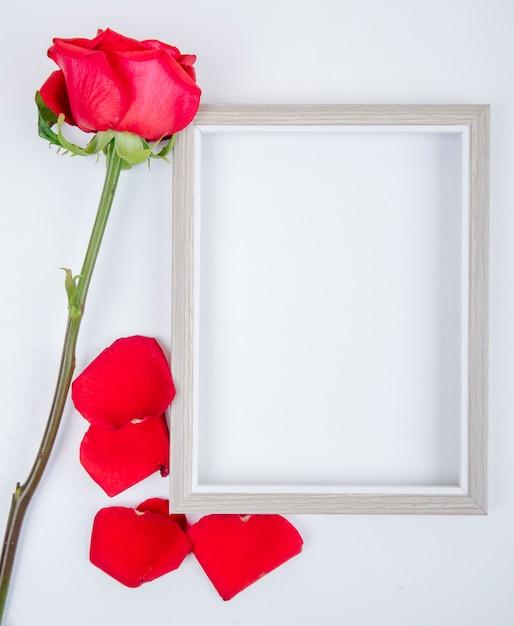 La vista superiore di una cornice vuota con colore rosso è aumentato su fondo bianco con lo spazio della copia Foto Gratuite