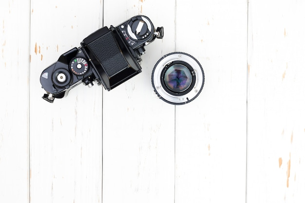 La vista superiore di vecchio ente e len della macchina fotografica su fondo di legno bianco con lo spazio della copia Foto Premium