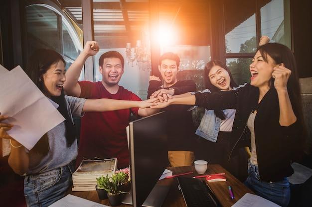 La vita in ufficio, l'emozione della felicità del team freelance che lavora con successo nel progetto di lavoro Foto Premium