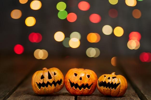 La zucca di halloween su un bokeh illumina la priorità bassa Foto Premium