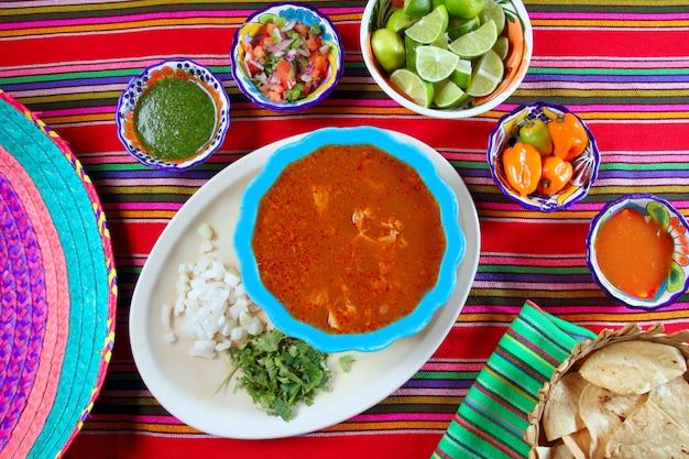 La zuppa messicana di pancita mondongo ha variato le salse di peperoncino rosso Foto Premium